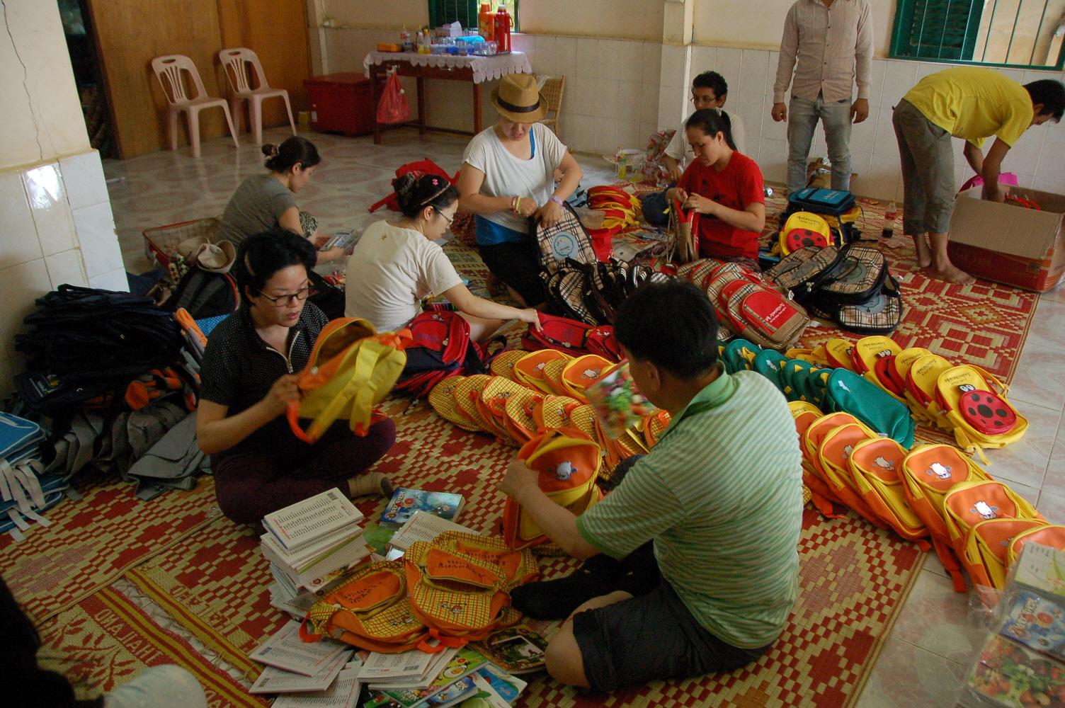 1.어린이날 행사 전날 반친 가족들이 가방과 학용품을 담고 있다..JPG