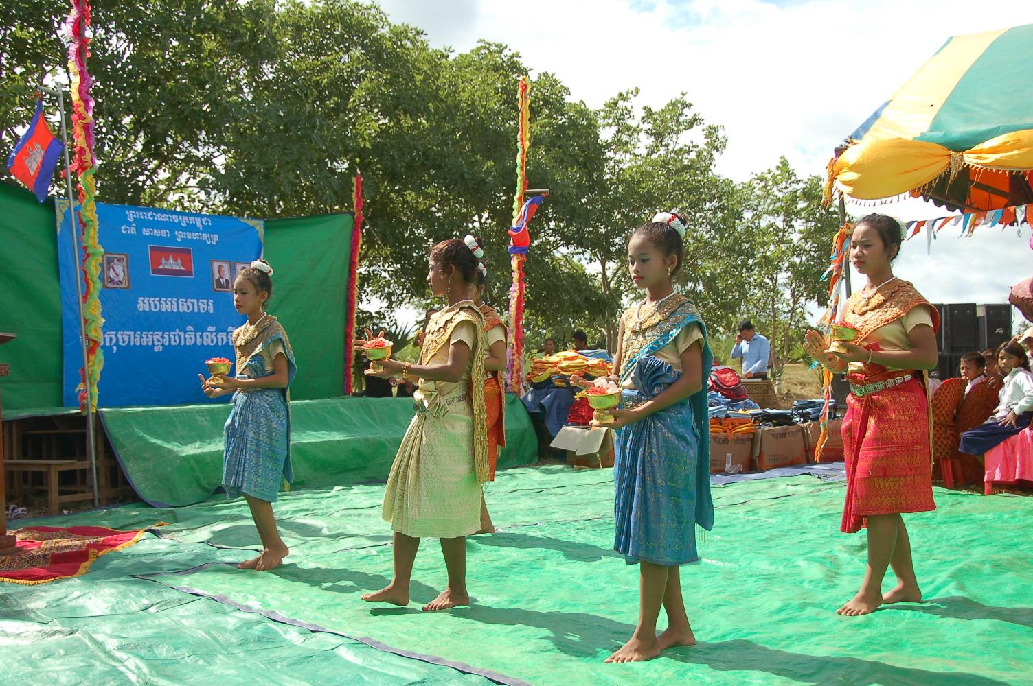 10. 캄보디아 전통춤을 추는 아이들 (2).JPG