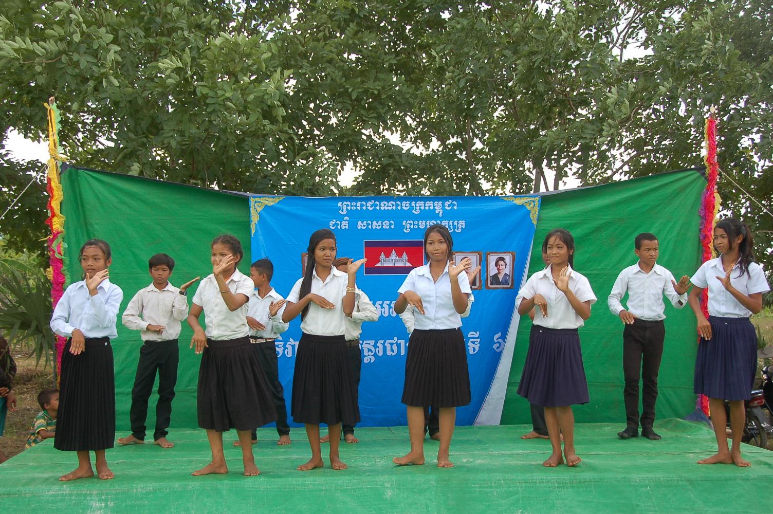 11. 캄보디아 전통춤을 추는 아이들 (1).JPG
