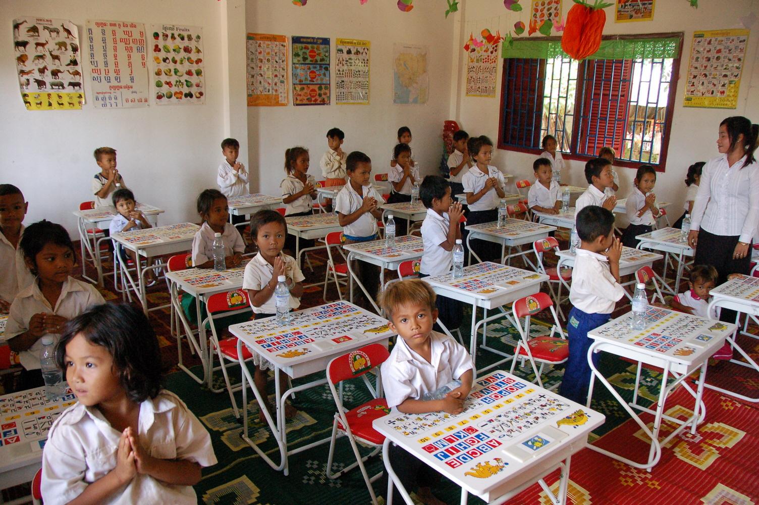 14.새 책걸상에 앉아있는 유치원생들.JPG