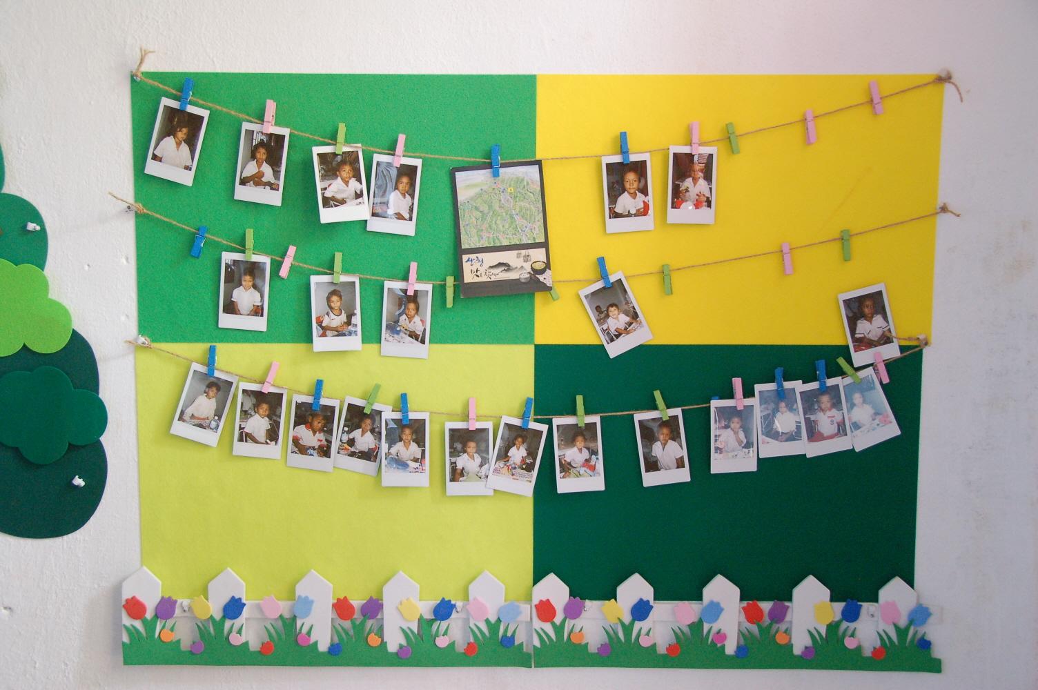 14.유치원 어린이들의 사진으로 장식한 벽면.JPG