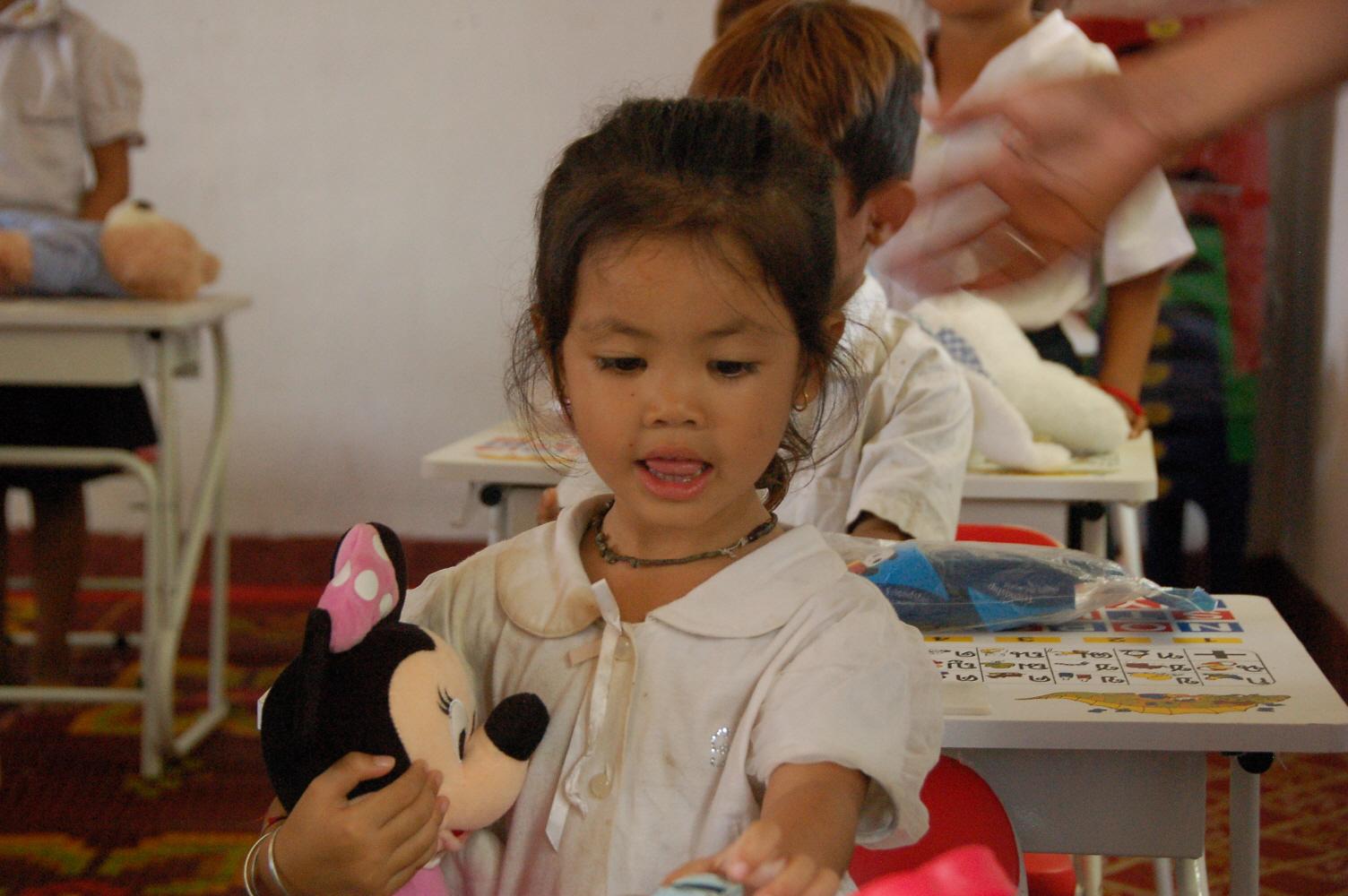 15. 선물을 받고 기뻐하는 유치원생.JPG