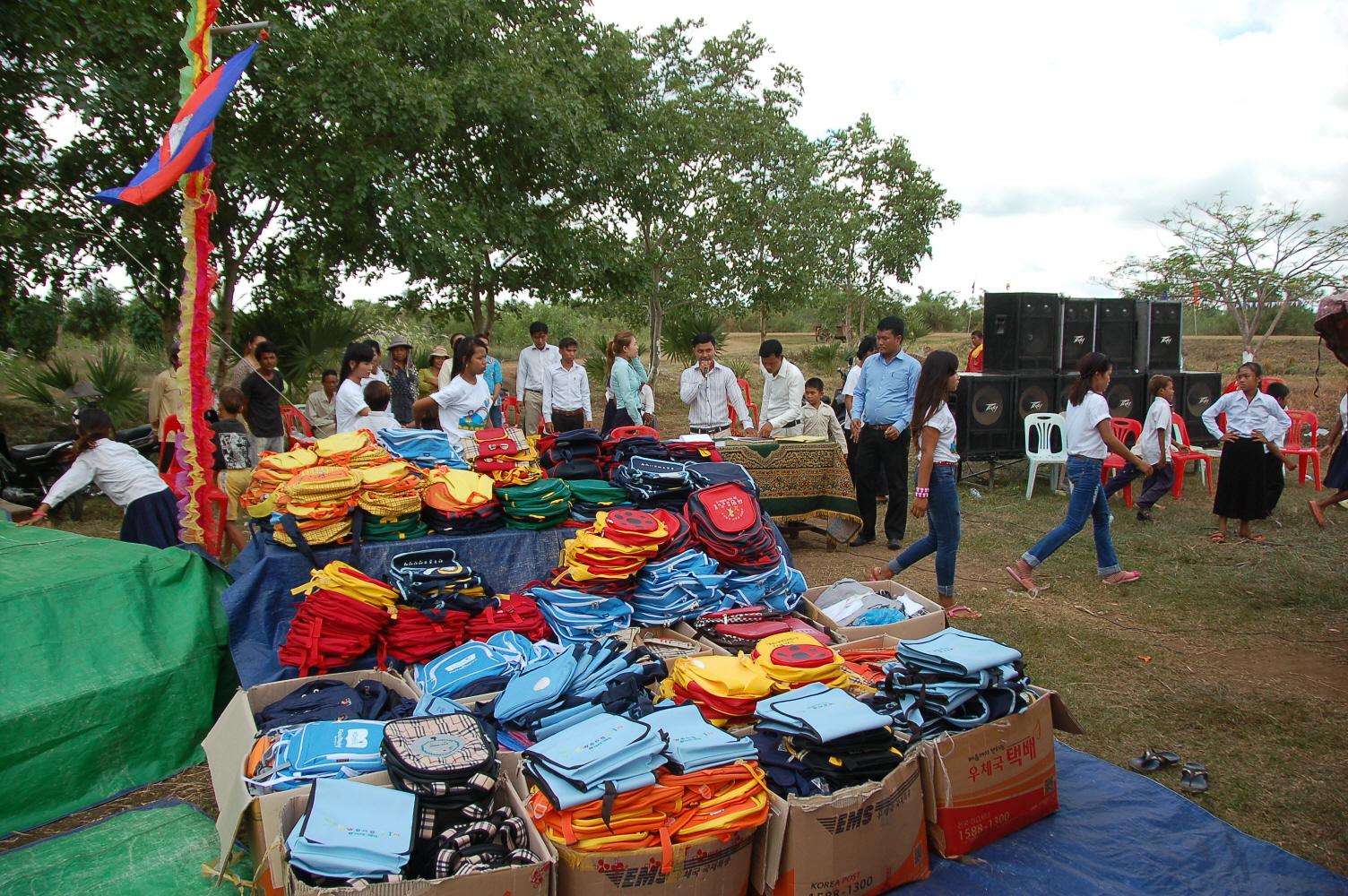16-1 어린이날 행사장 한켠에서 여러분이 모아주신 가방이 나란히 줄지어 놓여있습니다..JPG
