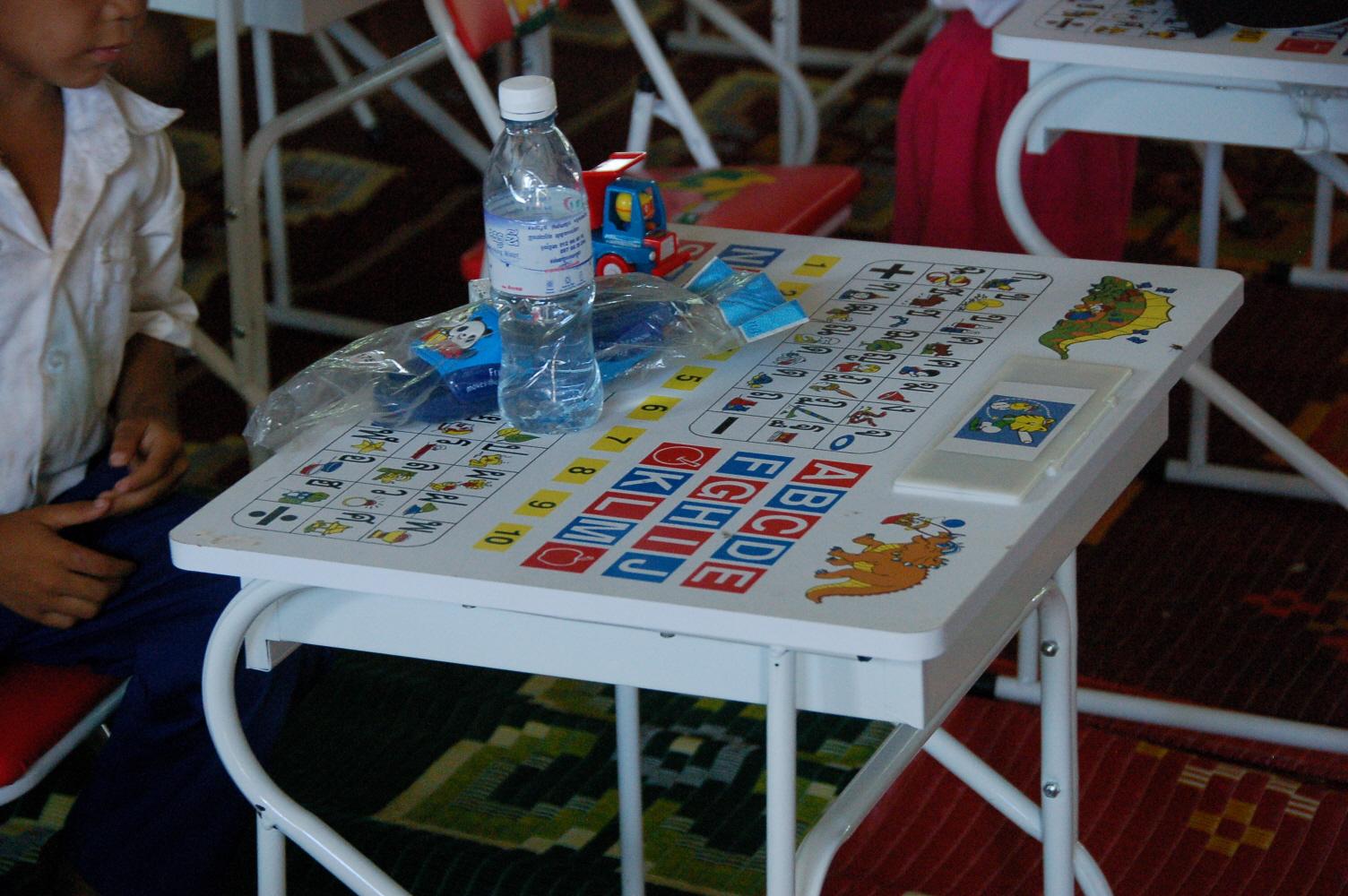 16.유치원 책상에 숫자와 알파벳 등이 인쇄돼 있다..JPG