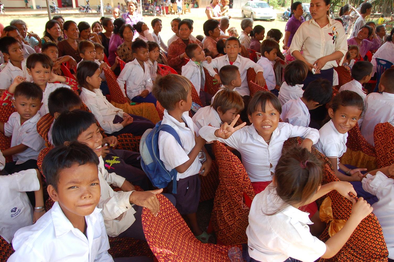 7. 어린이날 행사장에앉아있는 초등학생들.JPG