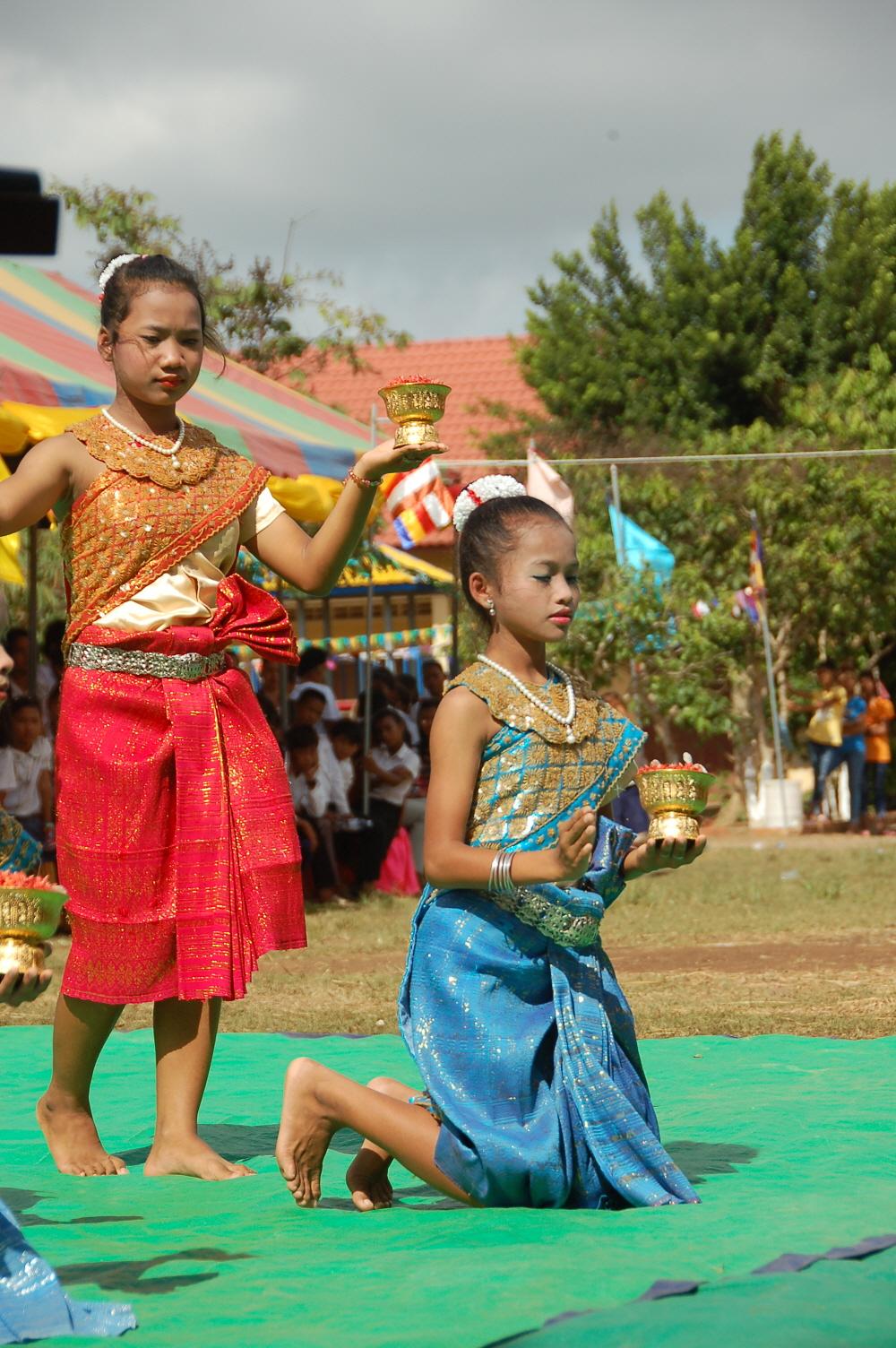 8. 캄보디아전통춤을 선보이는 고학년들.JPG