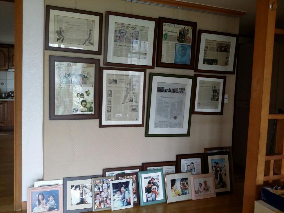 1_거실에 가족사진.jpg