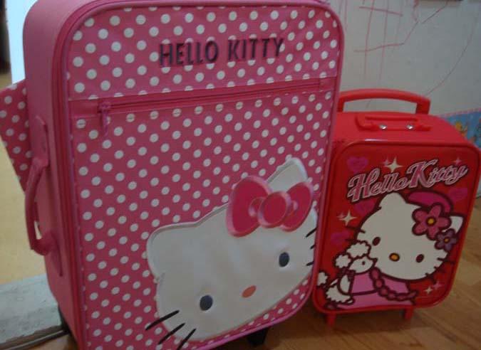 두 딸의 트렁크 가방. 작은 아이가 시샘을 해서, 결국 큰 아이 것을 새로 구입해야 했다.