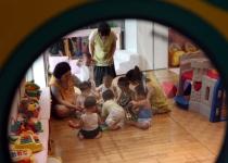 """""""닭장 같은 방에 아이들 더 받게 하다니"""" 어린이집 반별 정원 늘린 정부에 분통"""